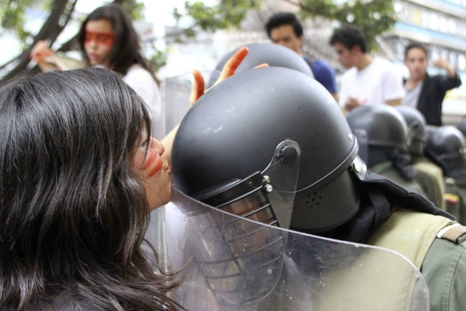 Estudiante besa a un policia