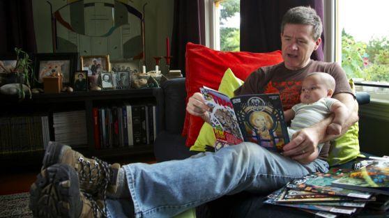 Escritor famoso vende su colección de comics para afrontar los gastos de su nueva hija adoptiva