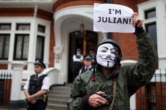 Assange, un gol a los ingleses