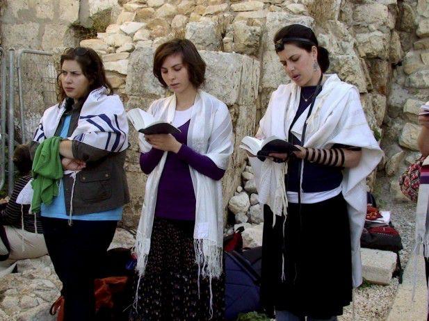 Muro-de-las-Lamentaciones-mujeres rezando-por-llevar-atuendo-masculino-617x462