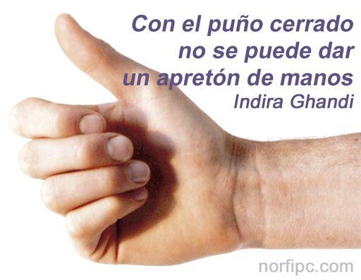 Indira gandhi-punos cerrados-pacifismo-mensajes positivos-apreton-manos
