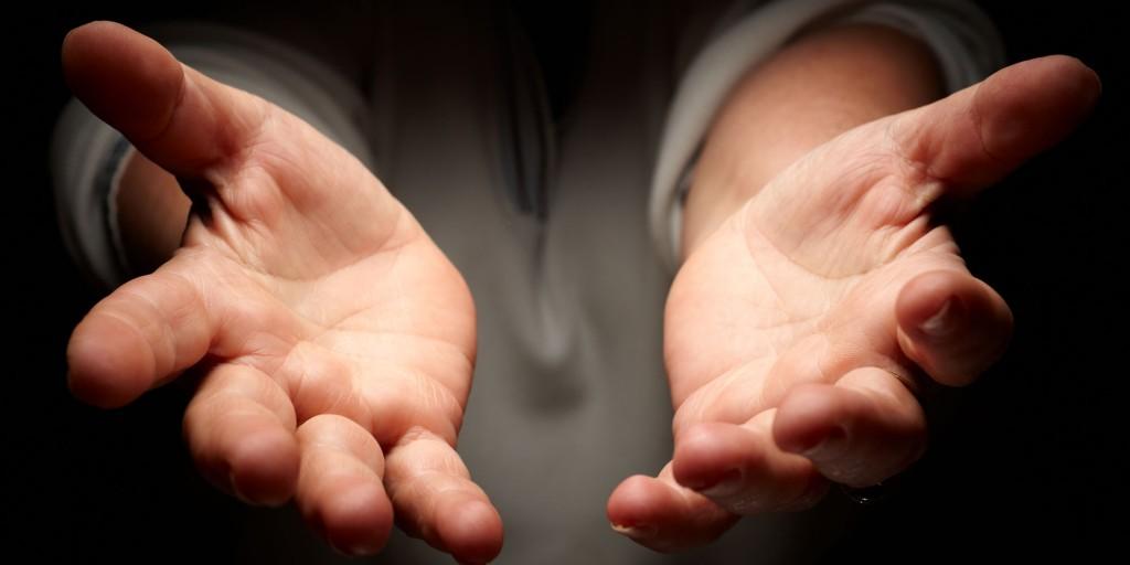 manos tendidas-manos abiertas-compasion
