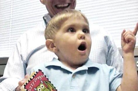 """""""Papa te ama"""", un niño con sordera que oye por primera vez a su padre"""