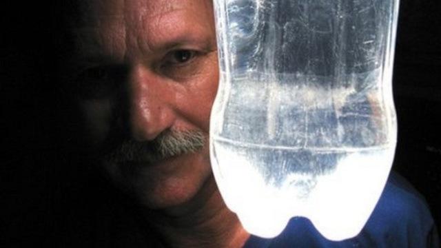 Botellas de plástico llenas de agua que dan luz