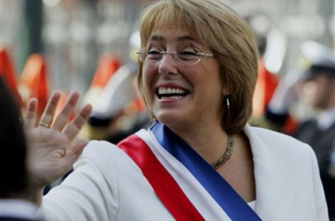 Michelle Bachelet aparece como un milagro en Chile