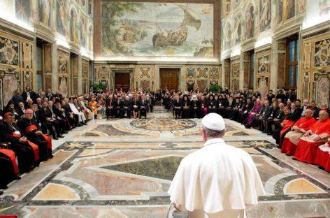 El Papa consulta a los católicos