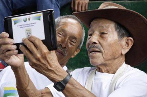Indígenas colombianos aprenden a leer y escribir a través de las tablets
