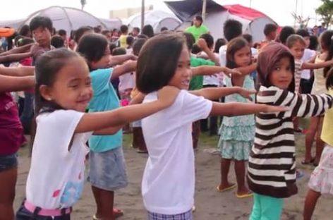 Filipinas: los niños celebran con esperanza la vuelta a la escuela