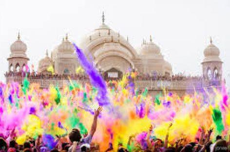 La India se viste de colores para celebrar la fiesta Holi