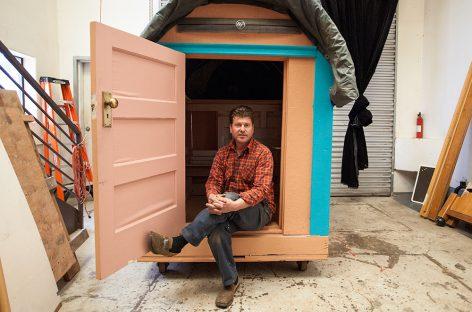 El artista filántropo que construye casas a partir de basura