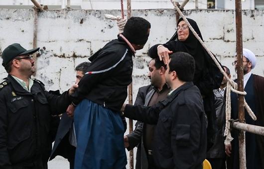 Una mujer iraní perdona al asesino de su hijo