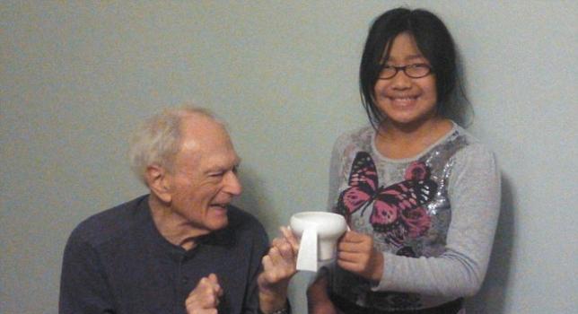 Una niña de 11 años inventa una taza para enfermos de Parkinson