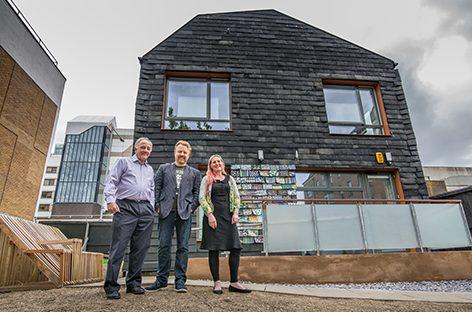 Construyen una casa con elementos desechados
