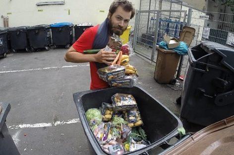Un francés come sobras para denunciar el desperdicio de alimentos