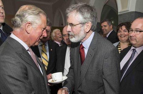 Apretón de manos histórico entre Gerry Adams y Carlos de Inglaterra