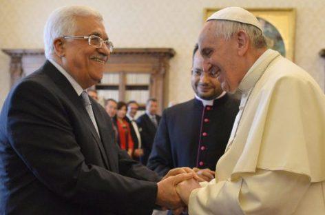 El papa Francisco recibe al presidente palestino, Mahmud Abbas.