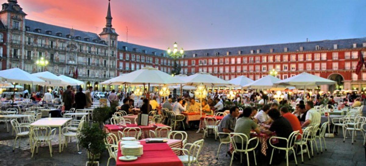 España bate otro récord con más de 16 turistas hasta abril, sube un 4,4 %