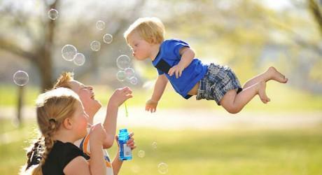 Un bebé con síndrome de Down que puede 'volar' como un héroe