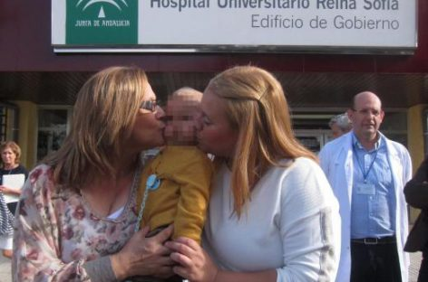 Primer trasplante de hígado de una abuela a su nieto