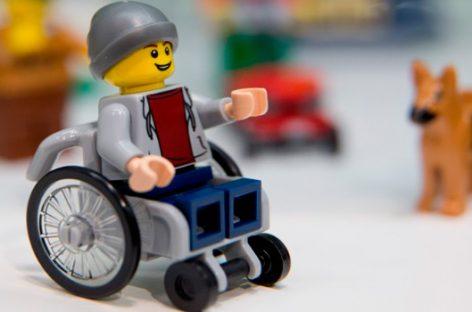 Lego promueve conciencia con su primera figura sobre sillas de ruedas