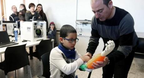 Estudiantes guipuzcoanos crean una prótesis 3D para un niño al que le falta una extremidad