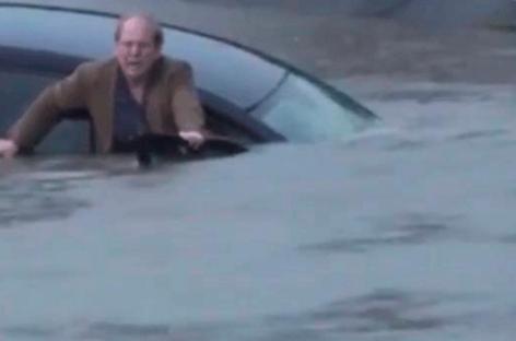 Un reportero de la cadena ABC salva a un hombre de morir ahogado en su coche