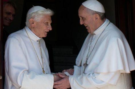 """Benedicto XVI elogia al Papa Francisco """"Su bondad me impacta, me siento protegido"""""""