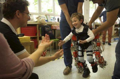 Crean el  primer exoesqueleto para niños con paraplejia