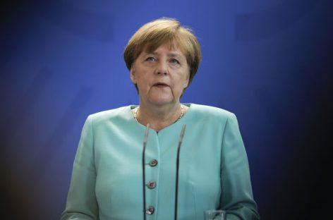 Merkel pide a las empresas que contraten a más refugiados