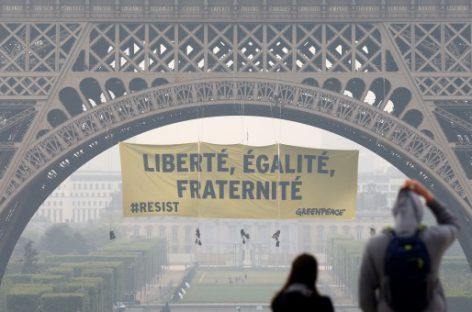 """Greenpeace en la torre Eiffel: """"Libertad, igualdad, fraternidad"""" y el mensaje """"resistir"""""""