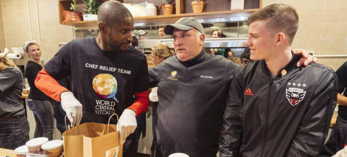 El cocinero español José Andrés organiza una red de solidaridad para los trabajadores afectados por Trump