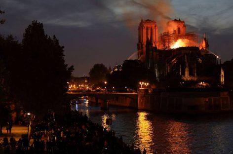 El fuego devastó ayer la catedral de Notre Dame, símbolo de la capital francesa