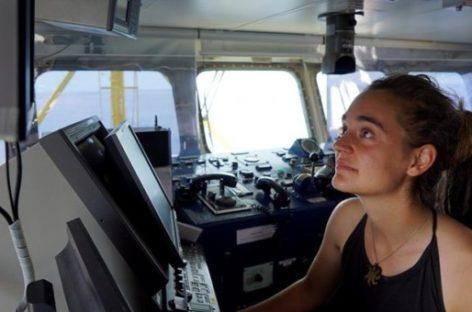 Detenida en Italia la capitana alemana del barco humanitario