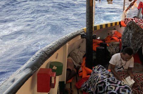Open Arms consigue que un tribunal suspenda su decreto contra las oenegés y ordene la inmediata atención sanitaria de los 147 inmigrantes