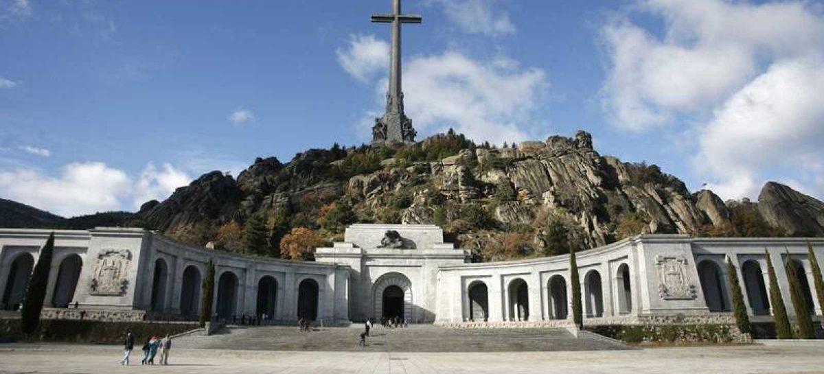 Los restos del dictador Franco salen del Valle de los Caídos