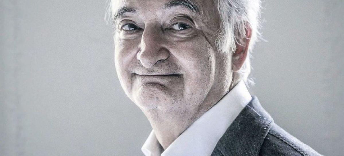 Hay que mirar a lo lejos, hacia delante y hacia atrás, para comprender lo que está en juego. Jacques Attali